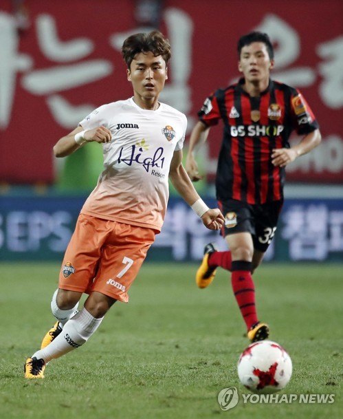 In this file photo taken on Aug. 2, 2017, Gangwon FC midfielder Moon Chang-jin (L) passes the ball during the K League Classic match between Gangwon FC and FC Seoul at Seoul World Cup Stadium in Seoul. (Yonhap)