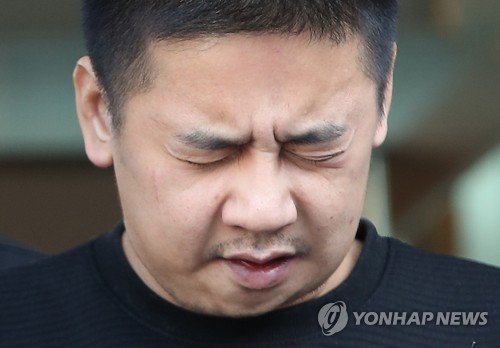 Lee Young-hak, the suspect in the death of his teenage daughter's friend, makes a public apology at the Seoul Jungnang Police Station before he was transferred to a detention center on Oct. 13, 2017. (Yonhap)