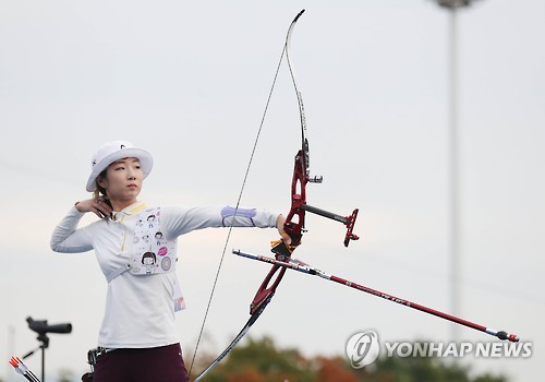 This file photo taken Oct. 22, 2016, shows South Korean archer Choi Min-sun competing in a local archery event in Seoul. (Yonhap)