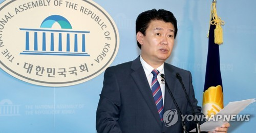 This photo, taken July 30, 2017, shows Jeong Yong-ki, the spokesman of the main opposition Liberty Korea Party, speaking during a press conference at the National Assembly in Seoul. (Yonhap)