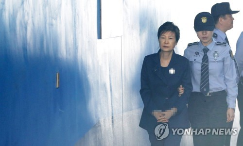 Former President Park Geun-hye walks into a courthouse in southern Seoul on Oct. 13, 2017, to stand trial for bribery and abuse of power. (Yonhap)