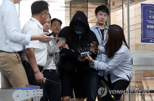 The eldest son of Gyeonggi Province Gov. Nam Kyung-pil enters the courthouse in southern Seoul on Sept. 19, 2017. (Yonhap)