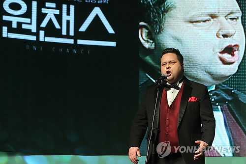 In this file photo taken on March 5, 2014, British tenor Paul Potts perform at an event in Seoul. (Yonhap)