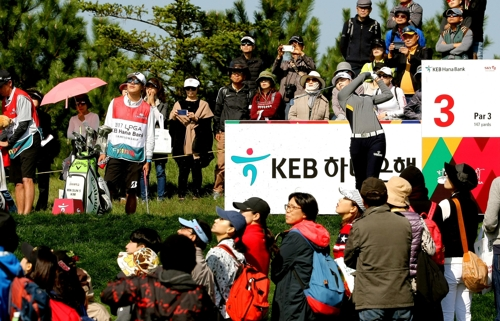 Park Sung-hyun of South Korea hits a tee shot at the third hole in the second round of the LPGA KEB Hana Bank Championship at Sky 72 Golf & Resort's Ocean Course in Incheon on Oct. 12, 2017, in this photo provided by the tournament organizing committee. (Yonhap)