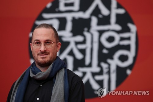 """American director Darren Aronofsky poses for photographers during a news conference for """"Mother!"""" at the 22nd Busan International Film Festival in Busan on Oct. 13, 2017. (Yonhap)"""