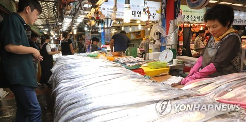 A shopper looks at scabbardfish displayed at a market in the southern island of Jeju on Aug. 28, 2017. (Yonhap)