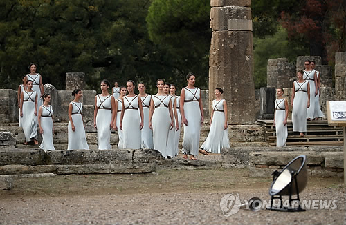 Priestesses attend the Olympic flame-lighting ceremony for the 2018 PyeongChang Winter Olympic Games at the Temple of Hera in Olympia, Greece, on Oct. 24, 2017. (Yonhap)