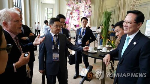 South Korean Defense Minister Song Young-moo listens to a foreign reporter's question at the ASEAN Convention Center in Clark, the Philippines, the venue for the ASEAN Defense Ministers' Meeting-Plus, on Oct. 23, 2017. (Yonhap)