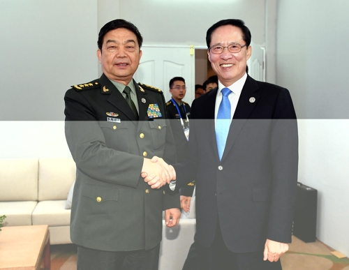 South Korean Defense Minister Song Young-moo (R) shakes hands with his Chinese counterpart Chang Wanquan during a meeting in Clark, the Philippines, on Oct. 24, 2017, in this photo provided by Song's ministry. (Yonhap)