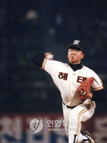 In this file photo taken Oct. 26, 1993, Sun Dong-yol of the Haitai Tigers throws a pitch against the Samsung Lions in Game 7 of the Korean Series at Jamsil Stadium in Seoul. (Yonhap)