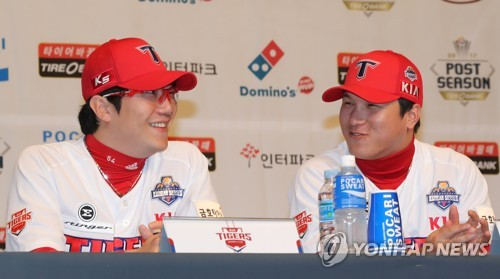 Kia Tigers pitcher Yang Hyeon-jong (L) and shortstop Kim Sun-bin chat during the Korean Series media day at Chonnam National University in Gwangju on Oct. 24, 2017. (Yonhap)
