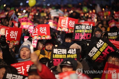 This photo, taken Feb. 25, 2017, shows citizens staging a candlelight rally at Gwanghwamun Square in central Seoul. (Yonhap)