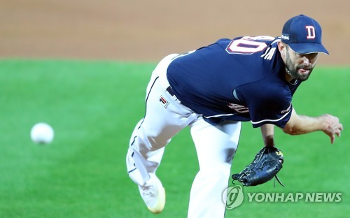 Dustin Nippert of the Doosan Bears throws a pitch against the Kia Tigers in the bottom of the fifth inning in Game 1 of the Korean Series at Gwangju-Kia Champions Field in Gwangju on Oct. 25, 2017. (Yonhap)