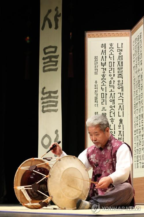 Kim Duk-soo plays janggu prior to an interview with Yonhap News Agency in Seoul on Oct. 26 (Yonhap)