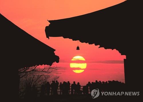 Sunrise at Hyangiram in Yeosu (Yonhap)