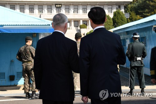 South Korean Defense Minister Song Young-moo (R) and U.S. Secretary of Defense James Mattis look at North Korea together at the truce village of Panmunjom inside the Demilitarized Zone on Oct. 27, 2017. (Joint Press Corps-Yonhap)