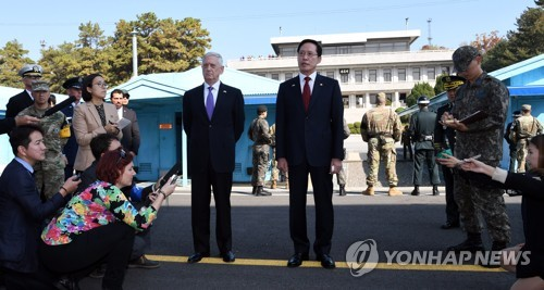 South Korean Defense Minister Song Young-moo (R) and U.S. Secretary of Defense James Mattis issue their statements on North Korea at the truce village of Panmunjom inside the Demilitarized Zone on Oct. 27, 2017. (Joint Press Corps-Yonhap)