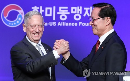 South Korean Defense Minister Song Young-moo (R) and U.S. Secretary of Defense James Mattis pose for a photo during a dinner event hosted by the Korea Defense Veterans Association and the Korea-U.S. Alliance Foundation at a hotel in Seoul on Oct. 27, 2017. (Yonhap)