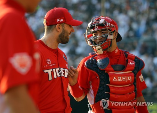 Pat Dean of the Kia Tigers (L) talks to his catcher Kim Min-sik as he leaves the field in the bottom of the eighth inning in Game 3 of the Korean Series against the Doosan Bears at Jamsil Stadium in Seoul. (Yonhap)