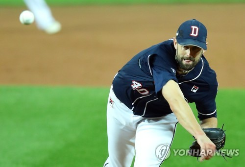 Dustin Nippert of the Doosan Bears throws a pitch against the Kia Tigers in the bottom of the fourth inning in Game 1 of the Korean Series at Gwangju-Kia Champions Field in Gwangju on Oct. 25, 2017. (Yonhap)