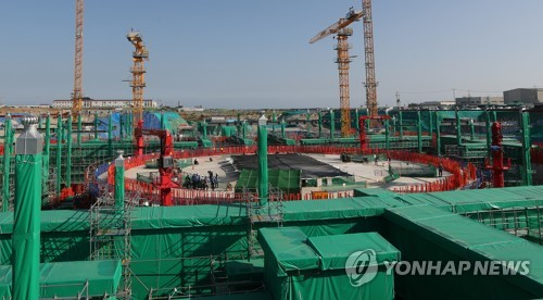 Nuclear regulators check the construction site of Shin Kori units 5 and 6 in the southeastern city of Ulsan on Oct. 25, 2017, after the government decided to accept a civilian panel's recommendation to resume their construction. (Yonhap)