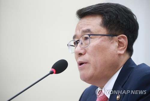 This photo, taken on Oct. 17, 2017, shows Nam Jae-cheol, the chief of the Korea Meteorological Administration, speaking during a parliamentary audit at the National Assembly in Seoul. (Yonhap)