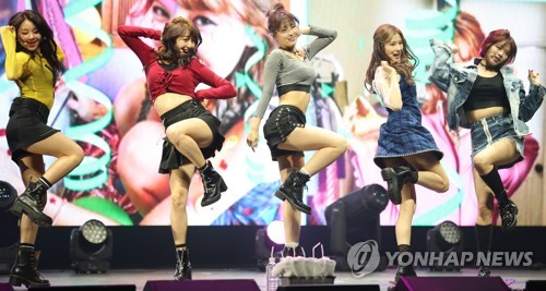 """TWICE performs during a media showcase for """"Twicetagram"""" at Yes24 Live Hall in eastern Seoul on Oct. 30, 2017. (Yonhap)"""