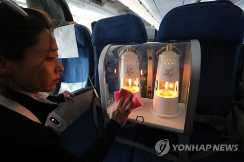 The Olympic flame for the 2018 PyeongChang Winter Olympics aboard a flight from Athens to Seoul in security lamps on Oct. 31, 2017. (Yonhap)