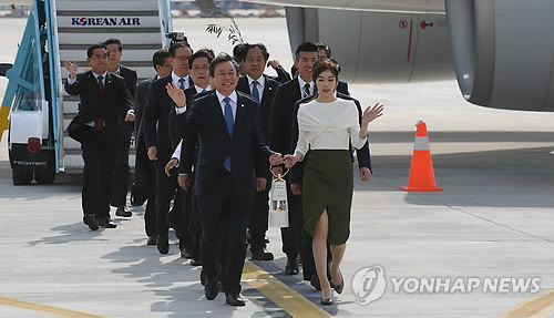 South Korean Sports Minister Do Jong-hwan (L) and former Olympic figure skating champion Kim Yu-na walk with the Olympic flame for the 2018 PyeongChang Winter Olympics at Incheon International Airport after arriving from the handover ceremony in Greece on Nov. 1, 2017. (Yonhap)