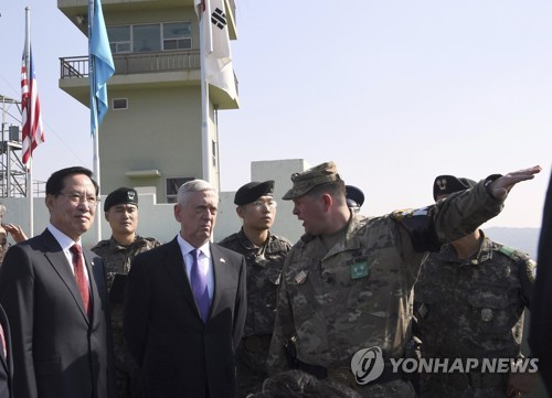 South Korean Defense Minister Song Young-moo (L) and U.S. Defense Secretary James Mattis (C) visit Observation Post Ouellette in the Demilitarized Zone (DMZ) on the border between North and South Korea on Friday, Oct. 27, 2017. (Joint Press Corps-Yonhap)