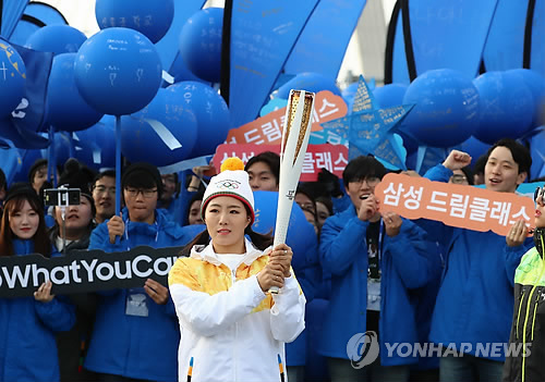 South Korean speed skater Lee Sang-hwa prepares to carry the torch for the 2018 PyeongChang Winter Olympics on Incheon Bridge in Incheon on Nov. 1, 2017. (Yonhap)