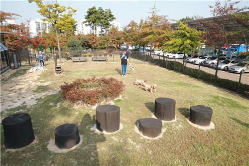 This photo, released by the Dobong-gu Office of northern Seoul on Nov. 1, 2017, shows the view of a park specially designated for pets. (Yonhap)