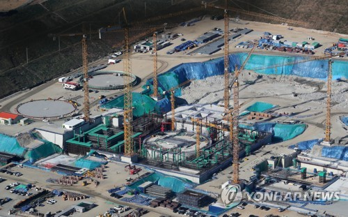 An aerial view taken on Nov. 1, 2017, shows the construction site of Shin Kori units 5 and 6 in Ulsan, 414 kilometers southeast of Seoul, which resumed construction following a three-month hiatus for public opinion gathering about its fate. (Yonhap)