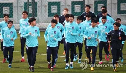South Korea's national football team players train at an auxiliary football field near Suwon World Cup Stadium in Suwon, Gyeonggi Province, on Nov. 6, 2017, four days ahead of their friendly match against Colombia. (Yonhap)
