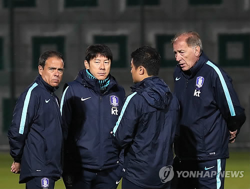 South Korea's national football team head coach Shin Tae-yong (2nd from L) speaks with fitness coach Jaiver Minano (L) and assistant coach Toni Grande (R) during a training session at an auxiliary football field near Suwon World Cup Stadium in Suwon, Gyeonggi Province, on Nov. 6, 2017, four days ahead of their friendly match against Colombia. (Yonhap)