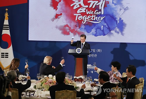 South Korean President Moon Jae-in (at podium) proposes a toast in honor of his visiting U.S. counterpart Donald Trump in a state dinner held at the presidential office Cheong Wa Dae in Seoul on Nov. 7, 2017. The U.S. leader arrived here earlier in the day on a two-day state visit. (Yonhap)