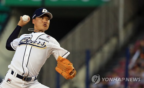 In this file photo taken June 12, 2016, Jung Jae-hoon of the Doosan Bears throws a pitch against the Lotte Giants in the top of the ninth inning of their Korea Baseball Organization regular season game at Jamsil Stadium in Seoul. Jung announced his retirement Nov. 8, 2017. (Yonhap)