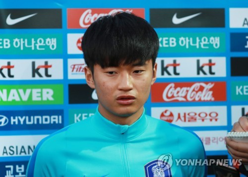 South Korea national football team defender Kim Jin-su speaks to reporters before training at an auxiliary football field near Suwon World Cup Stadium in Suwon, Gyeonggi Province, on Nov. 8, 2017, two days ahead of a friendly match between South Korea and Colombia. (Yonhap)