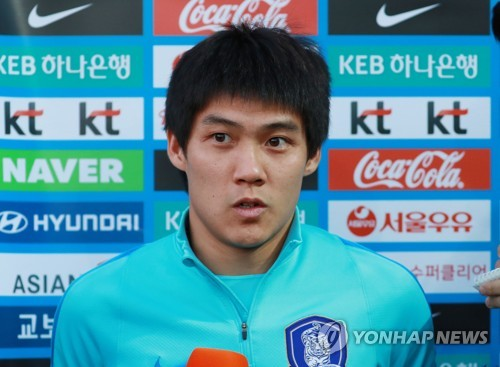 South Korea national football team defender Choi Chul-soon speaks to reporters before training at an auxiliary football field near Suwon World Cup Stadium in Suwon, Gyeonggi Province, on Nov. 8, 2017, two days ahead of a friendly match between South Korea and Colombia. (Yonhap)