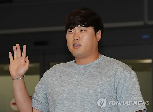 Ryu Hyun-jin of the Los Angeles Dodgers waves to fans gathered at Incheon International Airport after arriving home for offseason training on Nov. 8, 2017. (Yonhap)