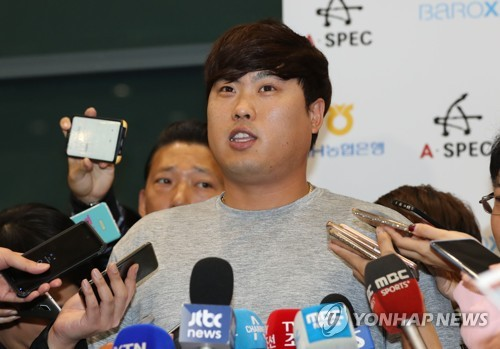 Los Angeles Dodgers' pitcher Ryu Hyun-jin speaks to reporters at Incheon International Airport after arriving home for offseason training on Nov. 8, 2017. (Yonhap)