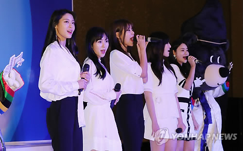The members of popular K-pop girl group AOA hold a special performance before the start of a meeting between South Korean President Moon Jae-in and South Korean residents in Jakarta, Indonesia on Nov. 8, 2017. The South Korean leader arrived here earlier in the day on a three-day state visit that will include a bilateral summit with Indonesian President Joko Widodo. (Yonhap)