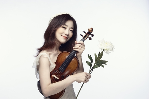 This photo provided by Haewa JHP shows South Korean violinist Park Ji-hae pose with her instrument. (Yonhap)