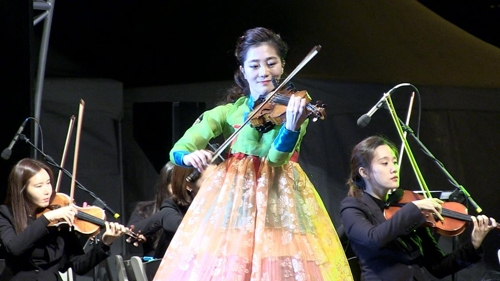 This photo provided by Haewa JHP shows South Korean violinist Park Ji-hae (C) performing in Seoul. (Yonhap)