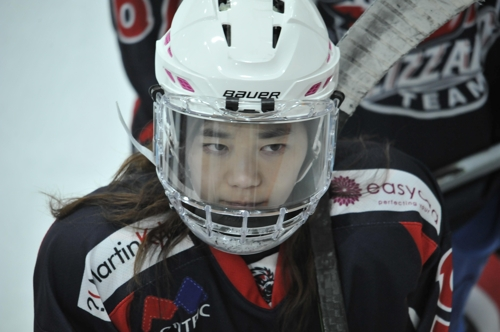 This photo provided by Haewa JHP shows South Korean violinist Park Ji-hae (C) in her hockey gear. (Yonhap)