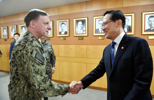 South Korean Defense Minister Song Young-moo (R) shakes hands with Adm. Michael S. Rogers, commander of U.S. Cyber Command, at a meeting in Seoul on Nov. 9, 2017. (Yonhap)