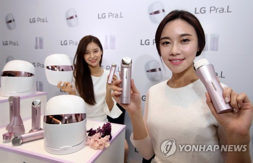 "Models display the ""LG Pra.L"" beauty appliance lineup released by LG Electronics Co. during a launch event held in Seoul on Sept. 25, 2017. (Yonhap)"