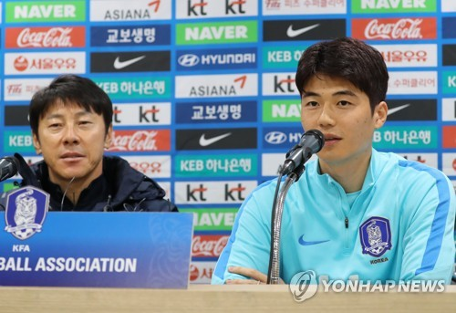 South Korea's national football team captain Ki Sung-yueng (R) speaks at a press conference with head coach Shin Tae-yong at Suwon World Cup Stadium in Suwon, south of Seoul, on Nov. 9, 2017, one day ahead of the friendly football match between South Korea and Colombia. (Yonhap)