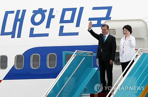 South Korean President Moon Jae-in and his wife Kim Jung-sook wave their hands after arriving at Da Nang International Airport in Da Nang, Vietnam on Nov. 10, 2017 on a three-day visit to take part in the Asia-Pacific Economic Cooperation summit. (Yonhap)
