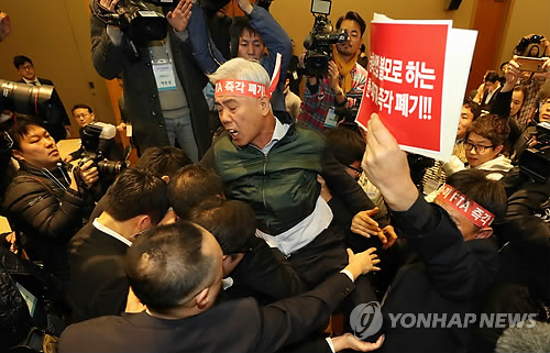A livestock breeder protests the free trade agreement with the United States during a public hearing held at the Convention and Exhibition Center (COEX) in southern Seoul on Nov. 10, 2017, arguing the South Korean agriculture industry has suffered massive damage from market opening over the past five years. (Yonhap)